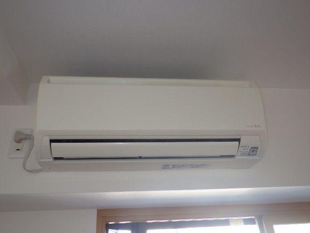 エアコンは各室に4基あります。