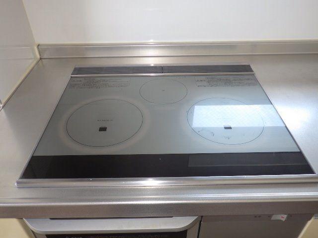3m以上もある広いキッチンは安心なIHコンロ