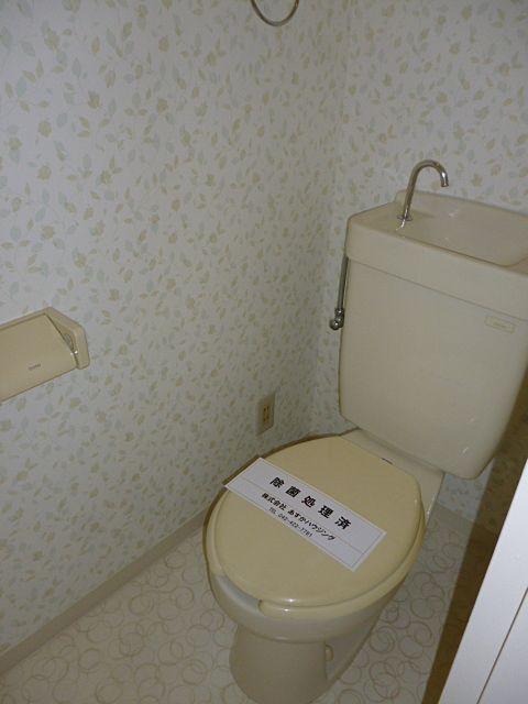 可愛いクロスの貼られたトイレ
