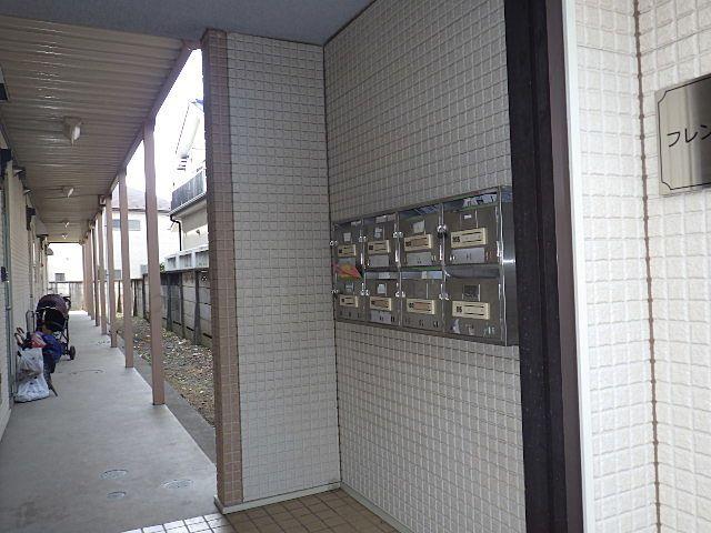 1階の集合ポストと廊下