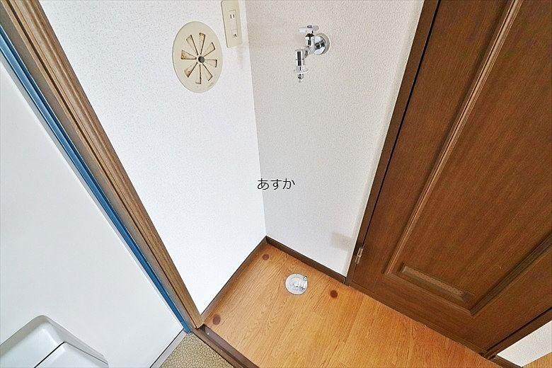 玄関脇の洗濯機置場
