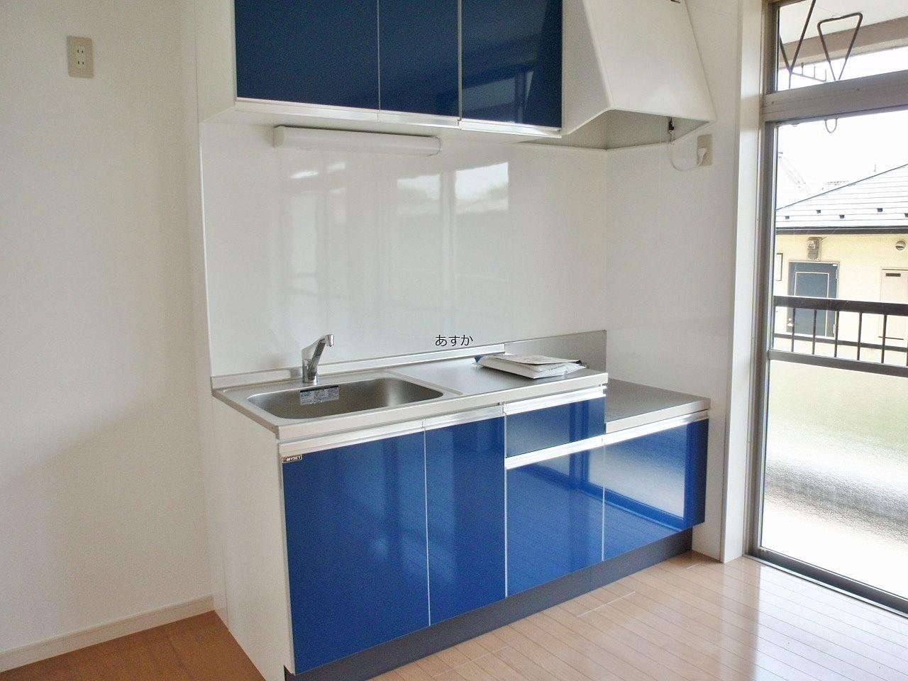 明るいブルーのキッチンセットがおしゃれ