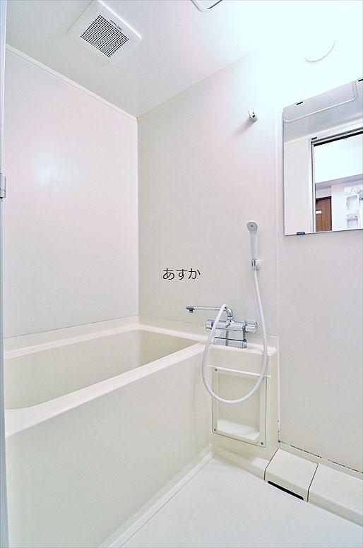 白を基調とした清潔なバスルーム