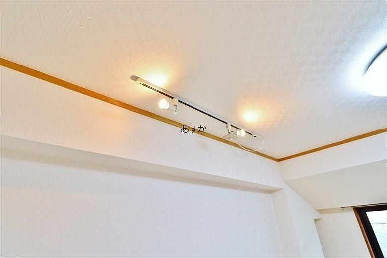洋室のおしゃれな間接照明