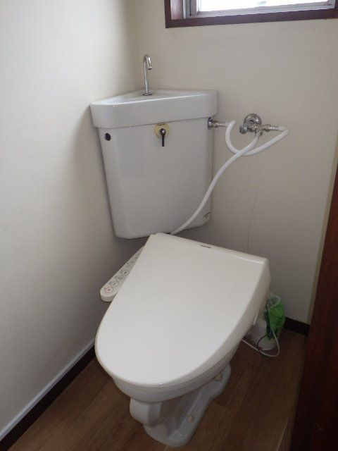 窓のある明るいトイレに清潔感のある暖房洗浄トイレ