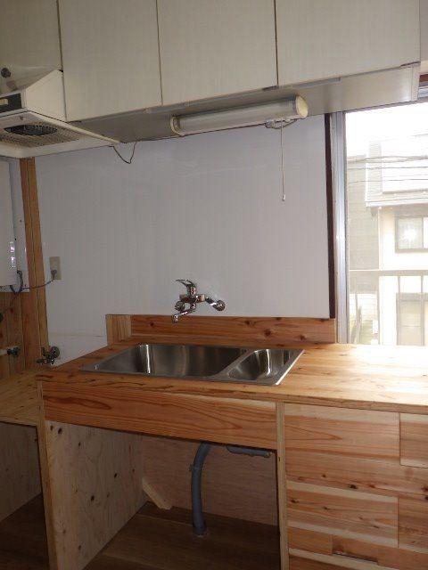 おしゃれな木のカウンターのキッチン