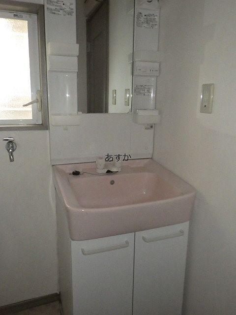 風呂場前の脱衣室、洗面室