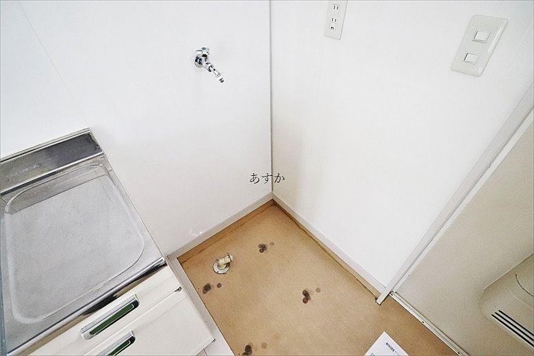 流しの脇の洗濯機置き場、料理と一緒に洗濯もできて便利ですね。