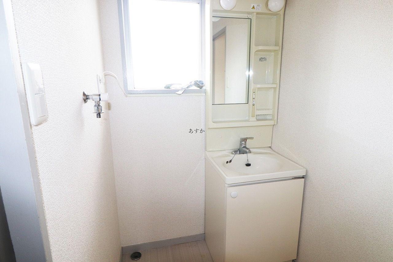 窓のある明るい洗面室