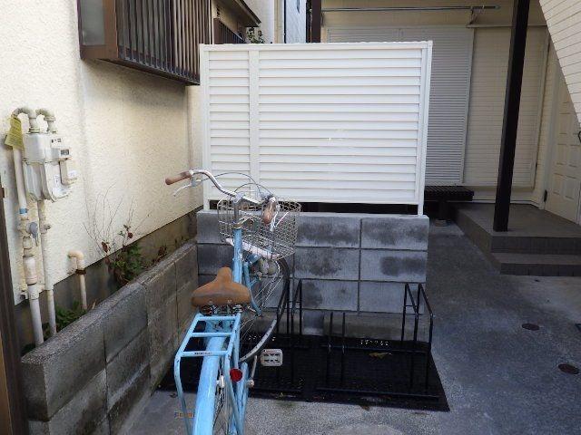 庭に設置された駐輪スペーす