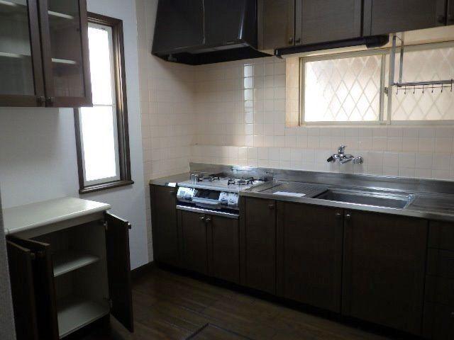 出窓もあり広いキッチン