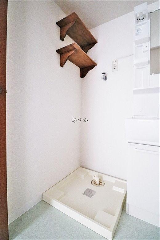 棚もあり使いやすい洗濯機置き場