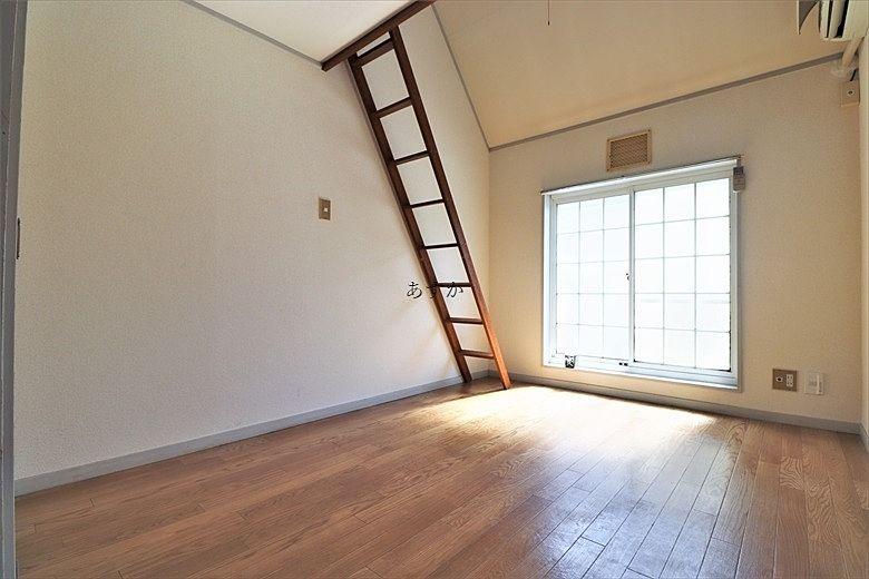 ロフト階段のある室内