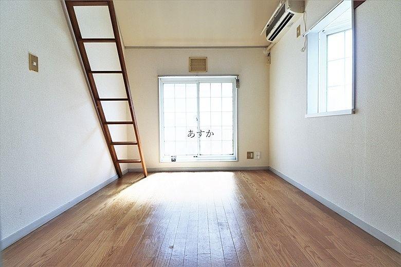 明るい6帖の洋室