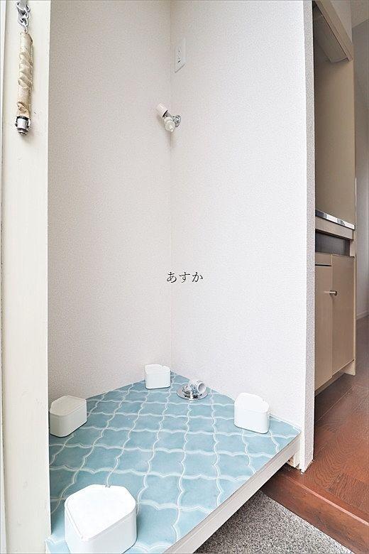 玄関脇の洗濯機置き場