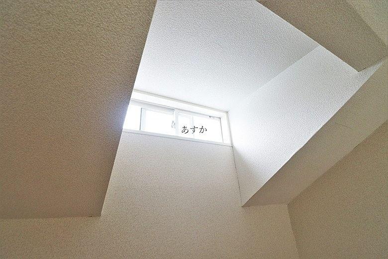 明るい窓のあるロフト