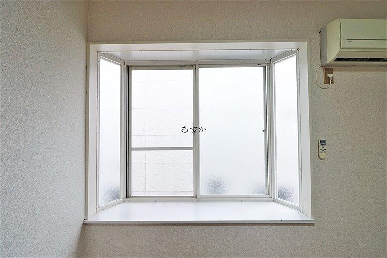 ちょっとした小物も置ける出窓