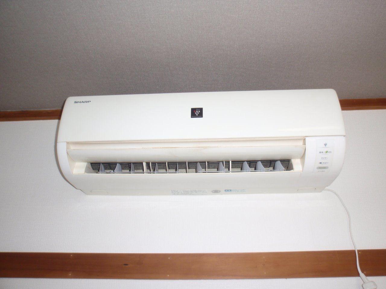 洋室に設置されたエアコン