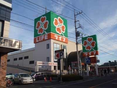 マンションを出るとすぐ見えてくる大型スーパーです。