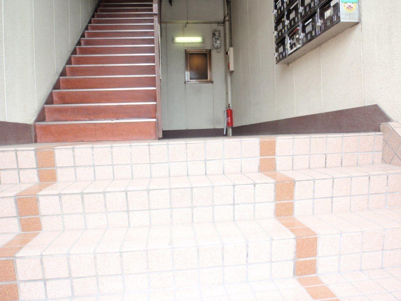 道路から階段をのぼって入口へ