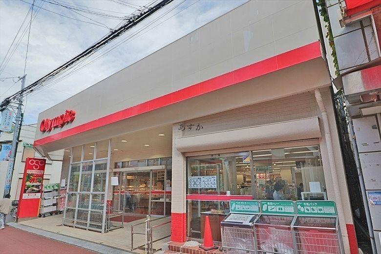 懐かしい商店街を通ってスーパーがあります。