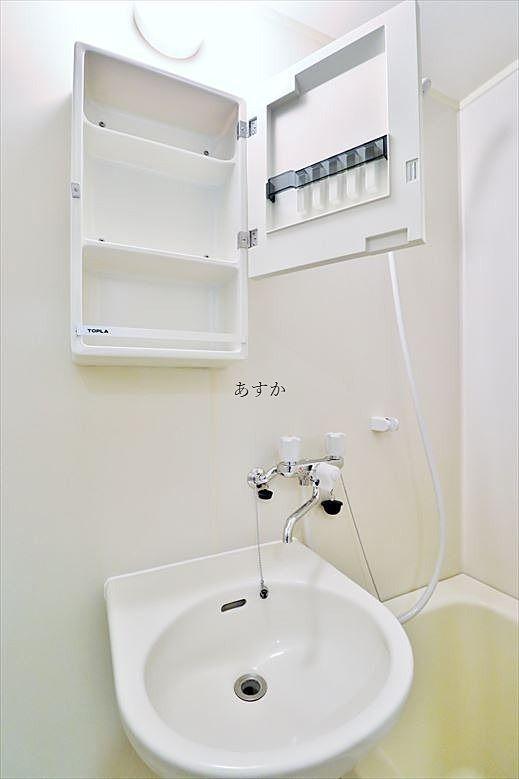 洗面スペースには棚もあります