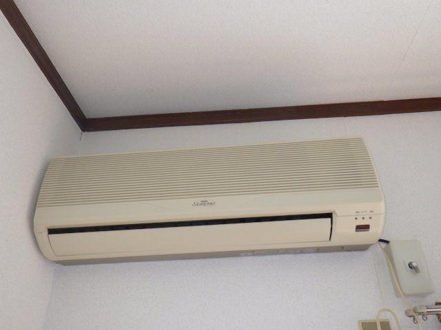 エアコンは設備として1基、その他残置ですがもう1基ありエアコンを買う必要はありません。