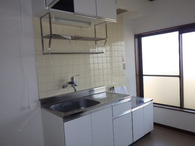 窓のある明るいキッチン。2口ガスコンロが置けます。