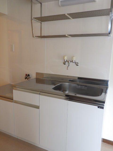 交換済みでピカピカのキッチン。前にはキッチンパネルで掃除も楽々