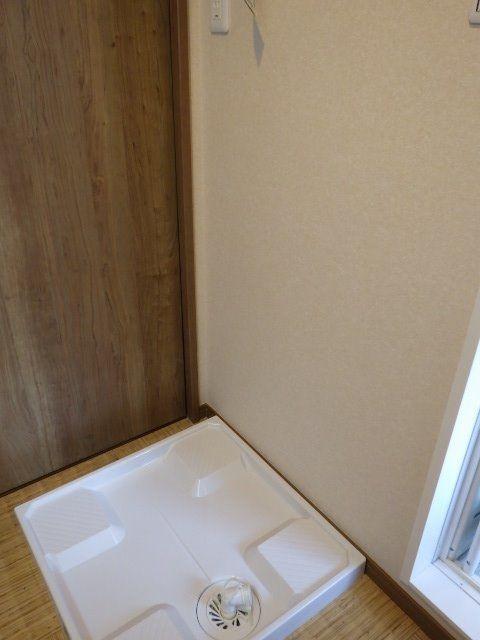 洗面室内の洗濯機置場・お風呂場の隣で洗濯物も入れやすい