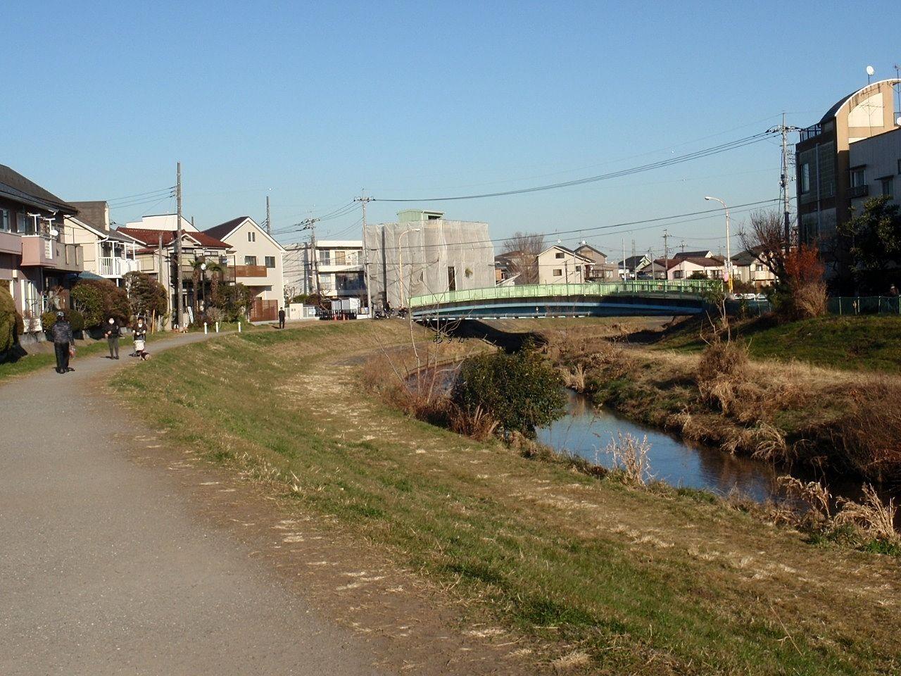歩いてすぐにあるきれいな遊歩道のある黒目川