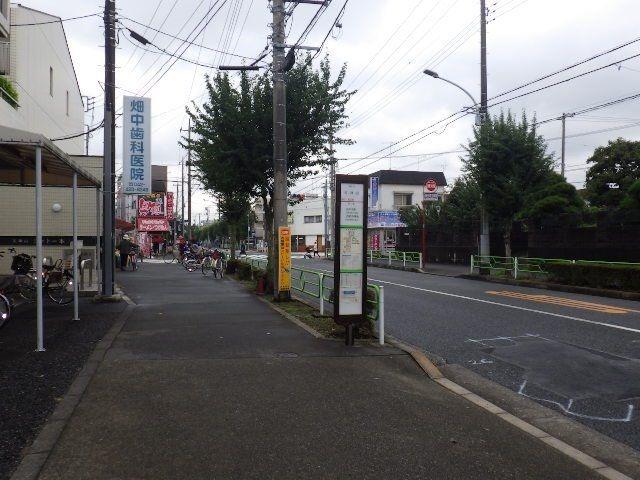 通りまで20m程度でバス停もすぐ