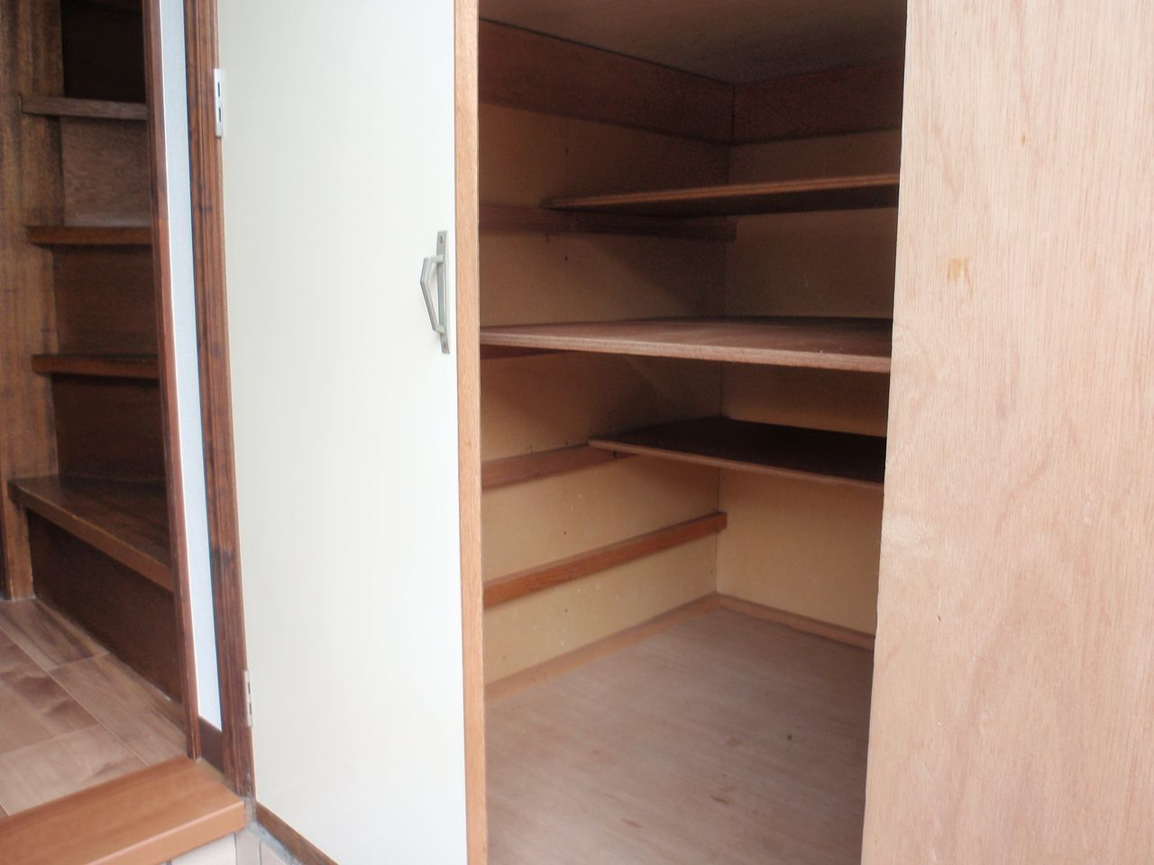 玄関脇の大型収納。掃除道具や、アウトドア用品の収納もできます。