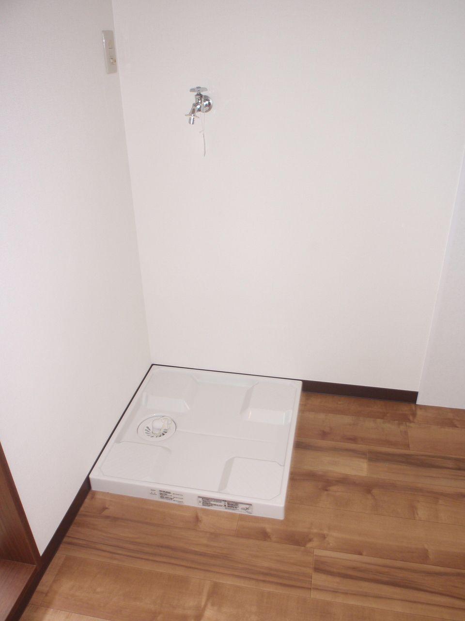 キッチンの近くにある洗濯機置場は料理をしながら洗濯が出来て便利