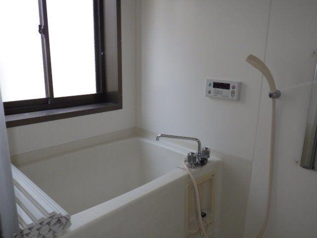窓のある明るい浴室は湿気もこもりません。
