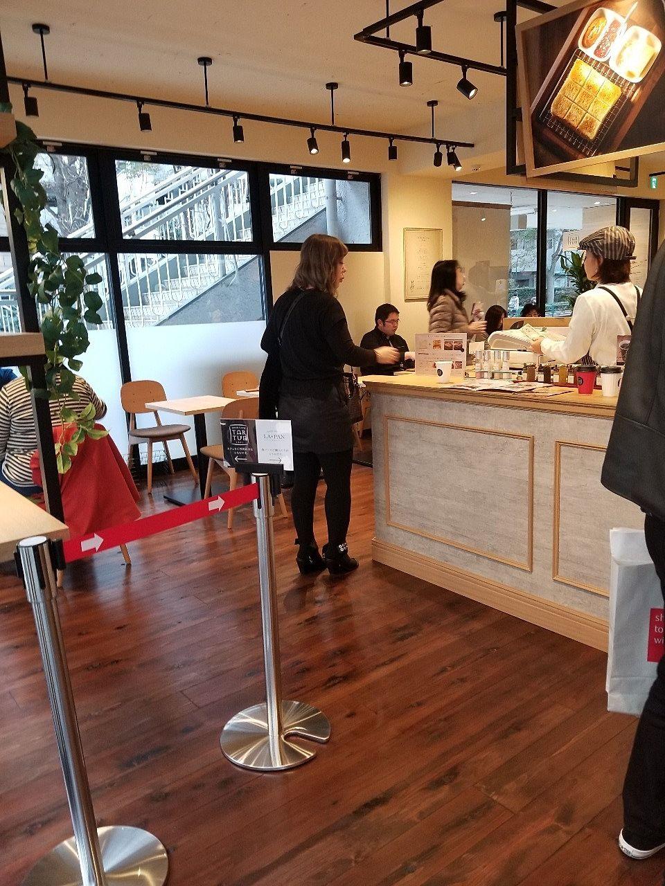 カウンターの向こうにカフェスペース