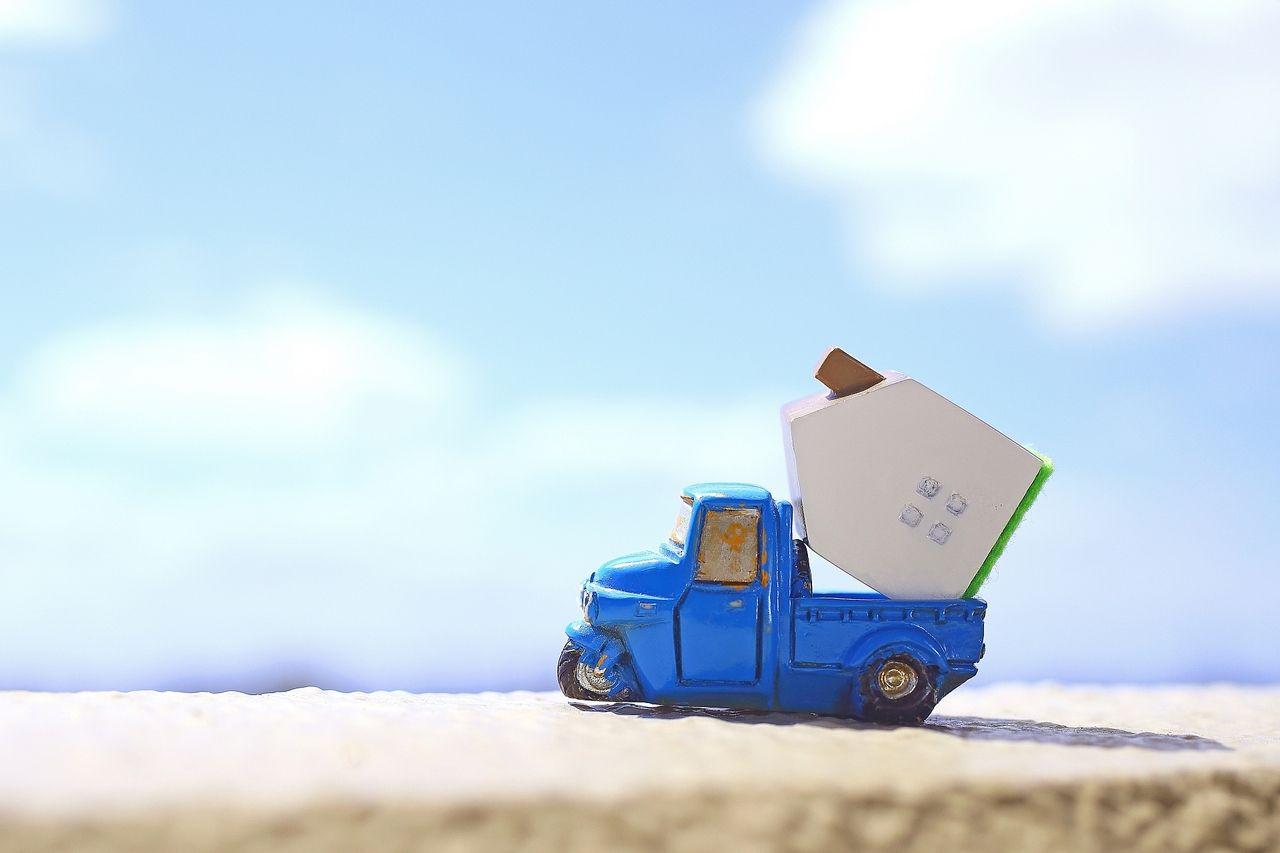 引越し先へ運ぶトラック