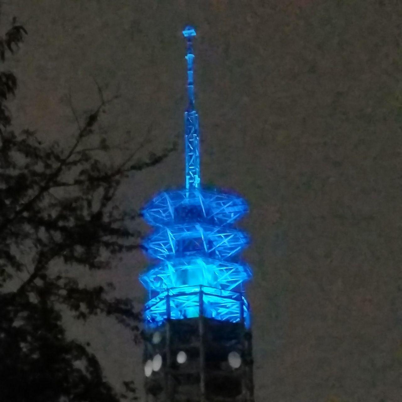明日は雨。青色のライトアップ