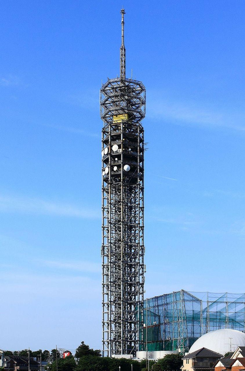 青空に映えるタワーの様子