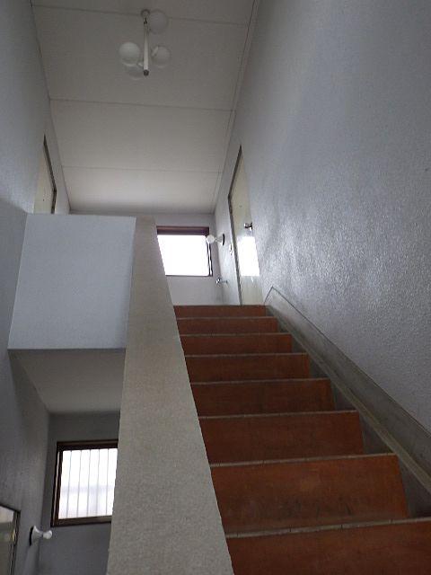玄関をあけると開放的な階段スペース
