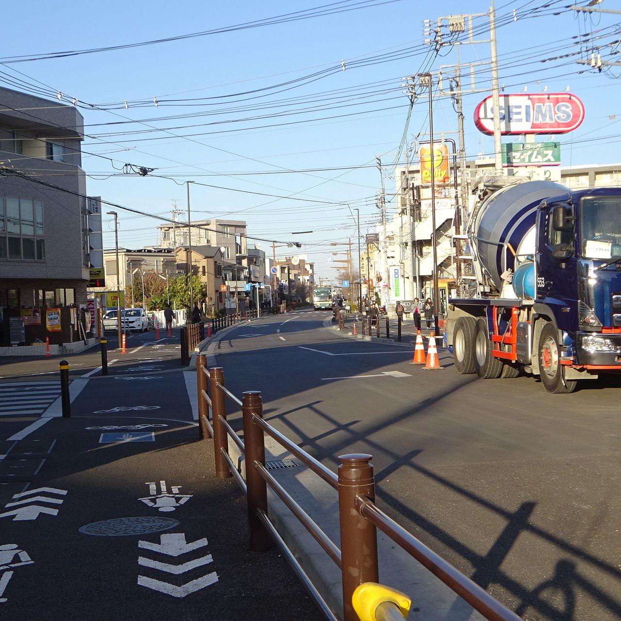 通行の出来る以前からのバス通り