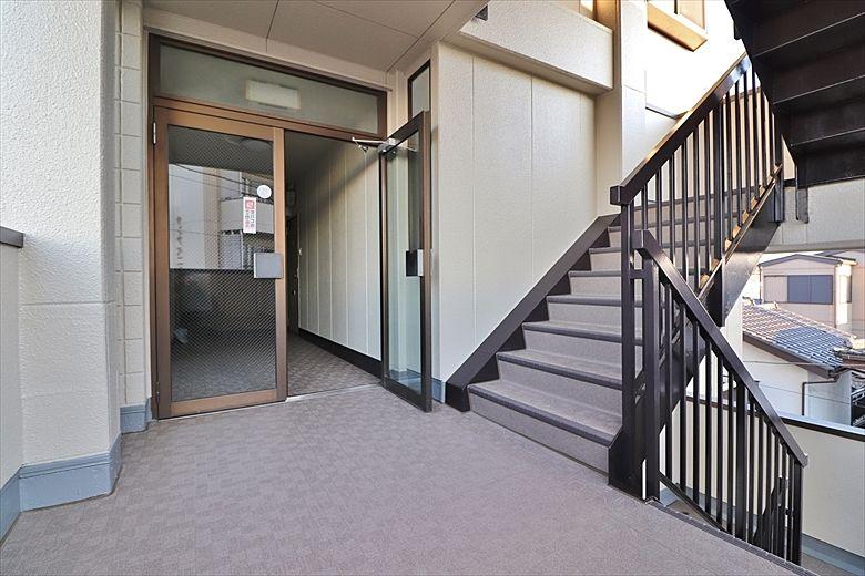 きれいに塗装された階段