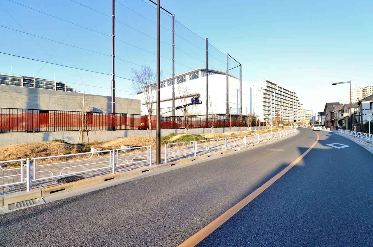 学校のフェンスと植栽によりつながる公園