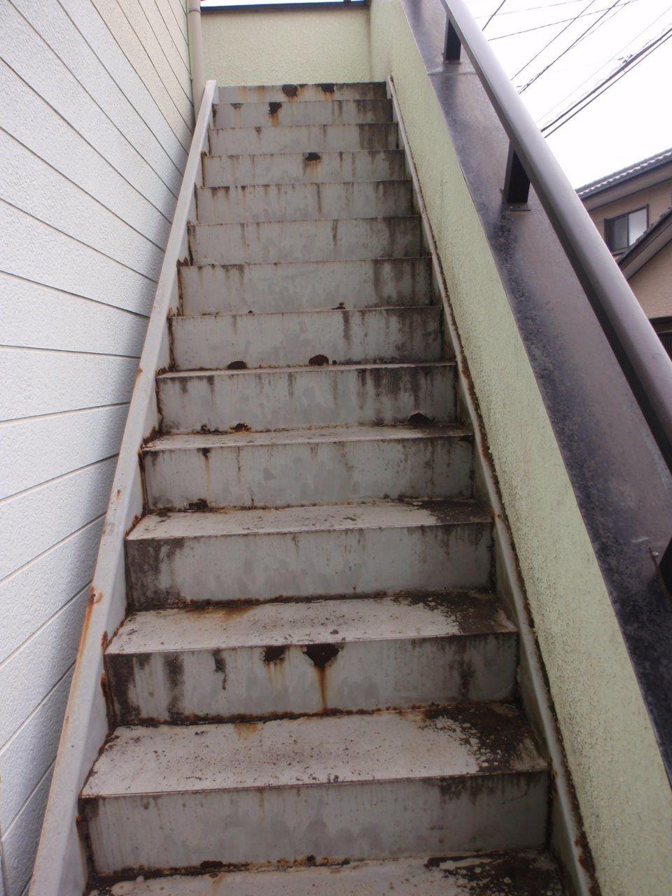 錆の浮き出た階段