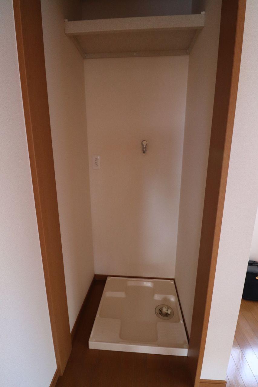 洗面所入口前の洗濯機置場