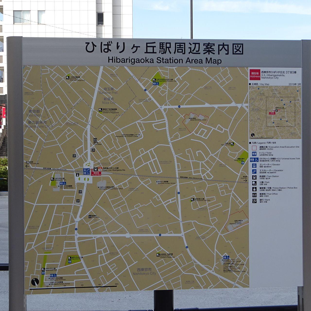 新しい駅前に立つ案内図