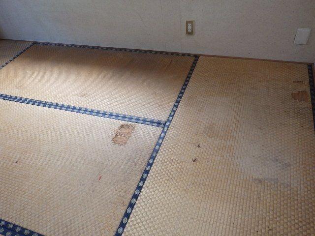畳床まで擦り切れた畳