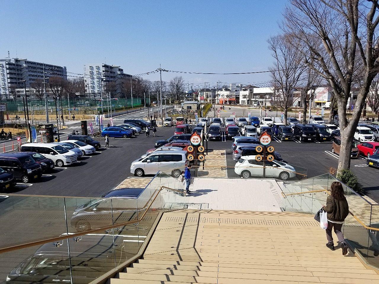 テラスから見える屋外駐車場