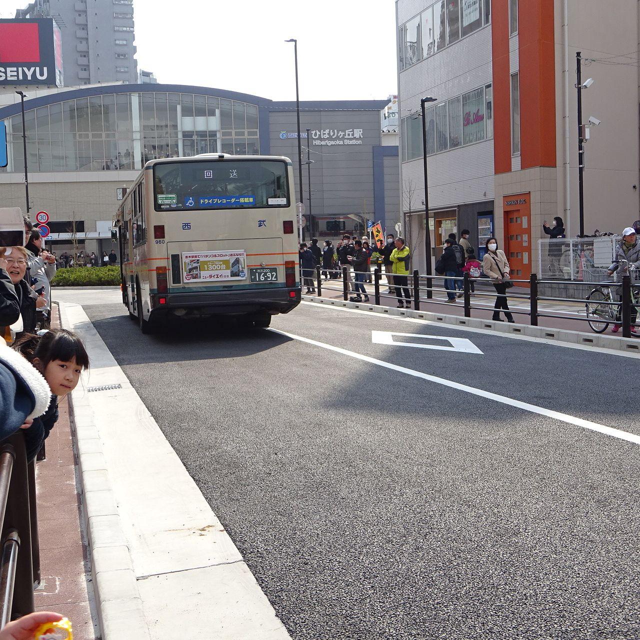開通直後に駅へ向かうバス