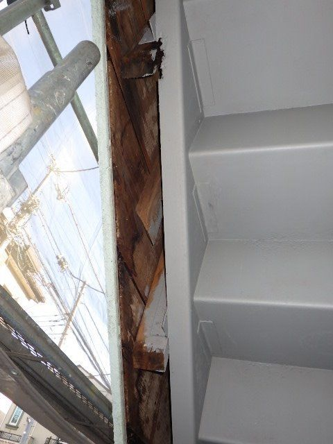 階段脇木部の腐食が発見